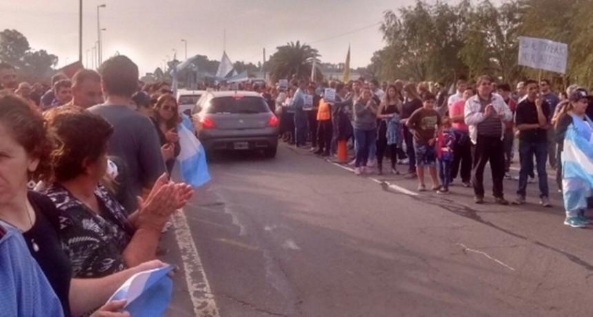 Una contundente manifestación en la ruta 2 reclamó por el cese de los despidos en Chascomús