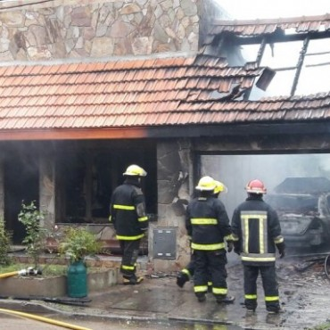 Un incendio de magnitud causó destrozos en una vivienda de la zona céntrica