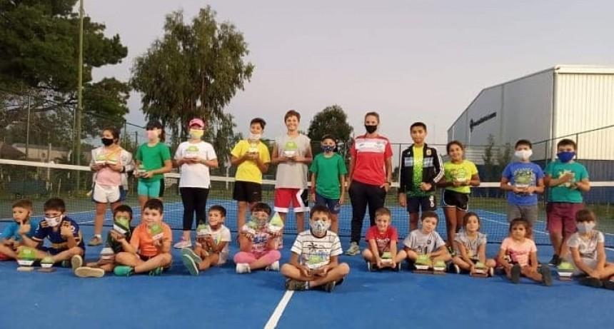 Encuentro y entrega de reconocimientos en la Escuela de Mini Tenis