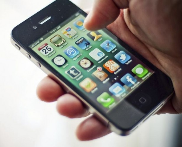 Prohíben usar el celular a policías