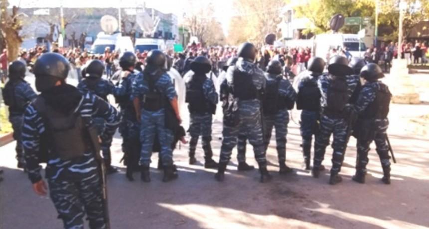 Incidentes en la puerta de la comisaría de Chascomús